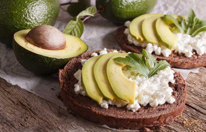 бутерброды с авокадо и творогом