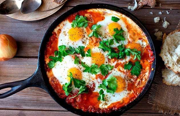 калорийность яичницы с помидорами