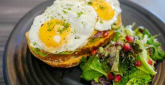 яичница на бутерброде